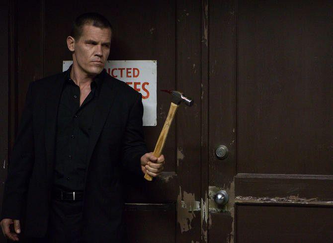 Josh Brolin recreates the iconic hammer scene from the original <strong><em>Oldboy</em></strong>