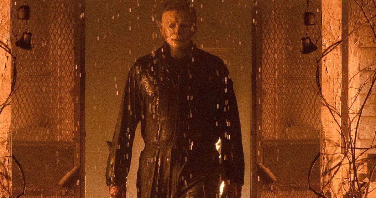 Майкл Майерс вызывает панику в новом пропитанном дождем взгляде на фильм «Хэллоуин убивает»