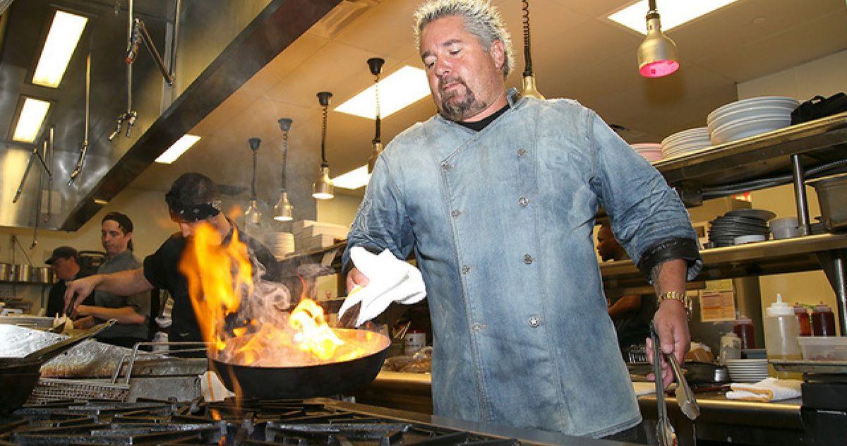 Гая Фиери похвалили после того, как он собрал более 21,5 миллиона долларов для работников ресторана