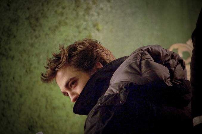 Robert Pattinson stays bundled up on a cold night