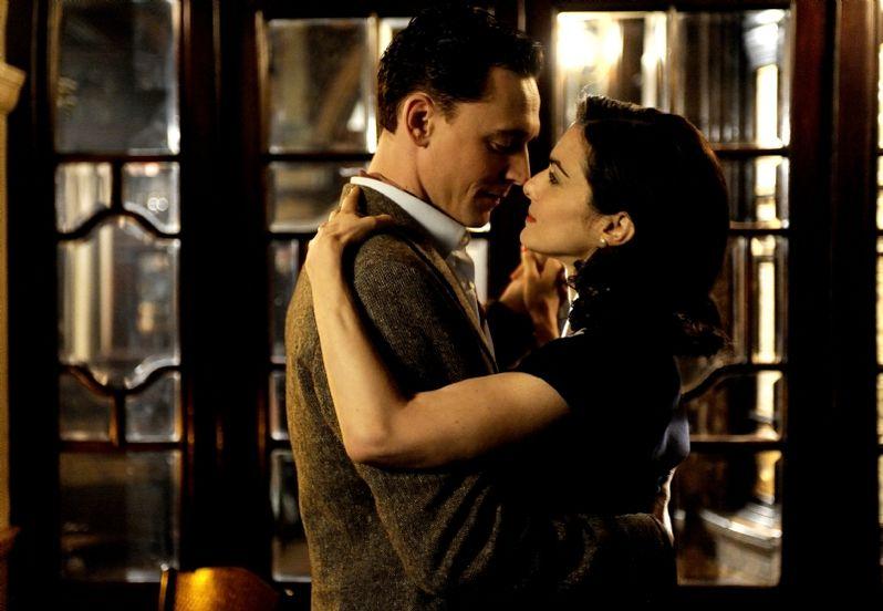 Rachel Wesiz and Tom Hiddleston in <strong><em>The Deep Blue Sea</em></strong>